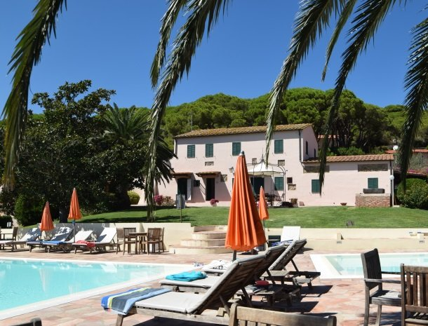 residence-della-luna-porto-azzurro-elba-zwembad-palmboom.jpg