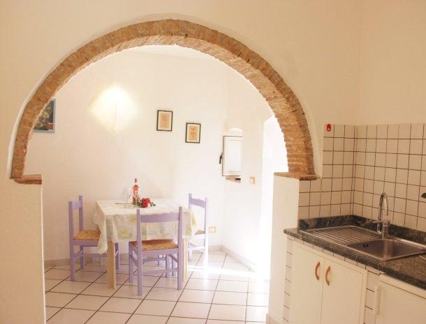 residence-della-luna-porto-azzurro-elba-appartementen-eettafel-keuken.jpg