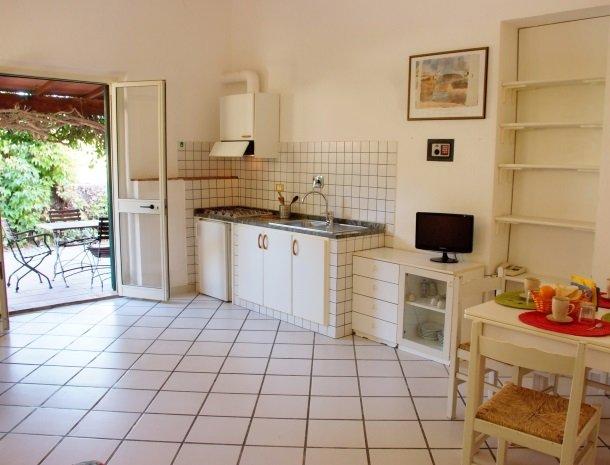 residence-della-luna-porto-azzurro-elba-appartementen-keuken-terras.jpg