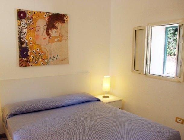 residence-della-luna-porto-azzurro-elba-appartementen-bed-raam.jpg
