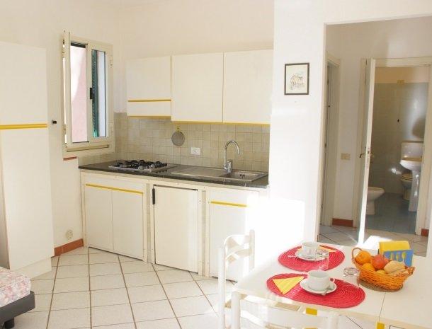 residence-della-luna-porto-azzurro-elba-appartementen-woonkamer-badkamer.jpg