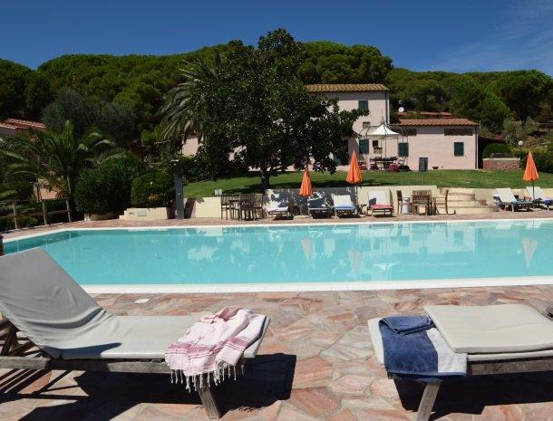 residence-della-luna-porto-azzurro-elba-appartementen-zwembad.jpg
