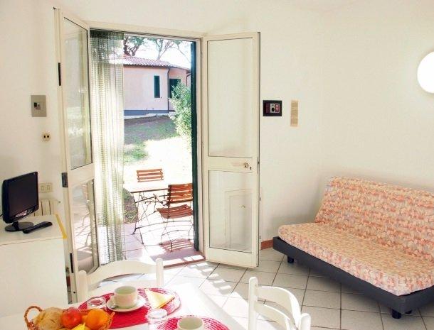 residence-della-luna-porto-azzurro-elba-appartementen-woonkamer-tv.jpg