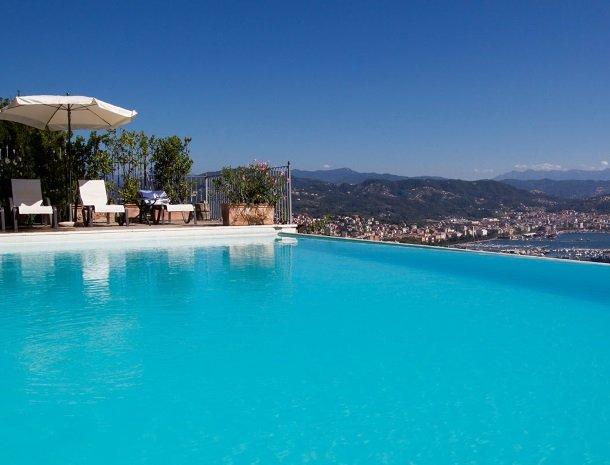 relais-le-ville-ligurie-la-spezia-zwembad-ligstoel-uitzicht.jpg
