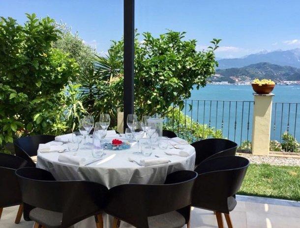 relais-le-ville-ligurie-la-spezia-restaurant-tafel-uitzicht.jpg