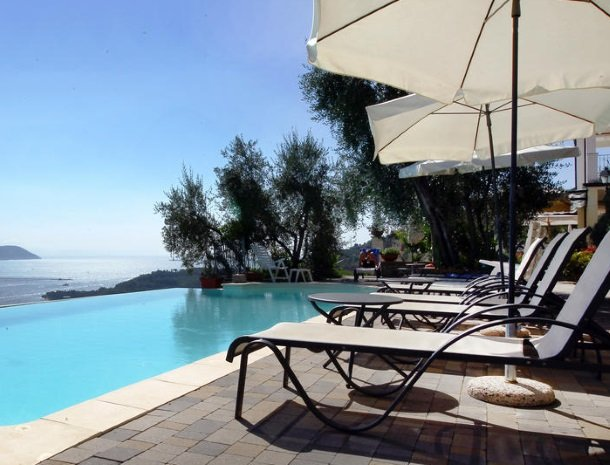 relais-le-ville-ligurie-la-spezia-zwembad-uitzicht.jpg
