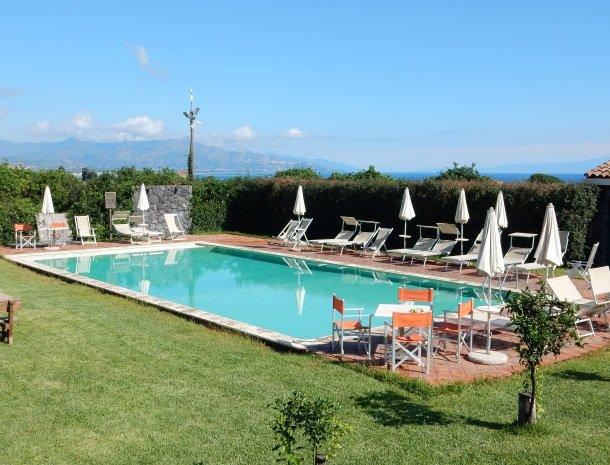 agriturismo-galea-riposto-sicilie-zwembad-zee.jpg