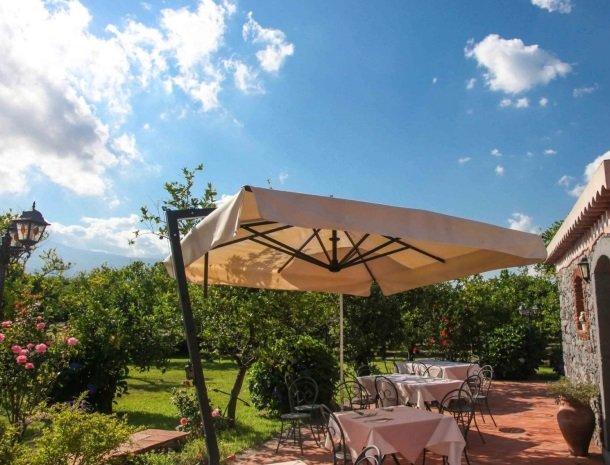 agriturismo-galea-riposto-sicilie-terras-parasol.jpg