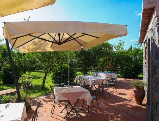 agriturismo-galea-riposto-sicilie-terras-parasol-tafels.jpg