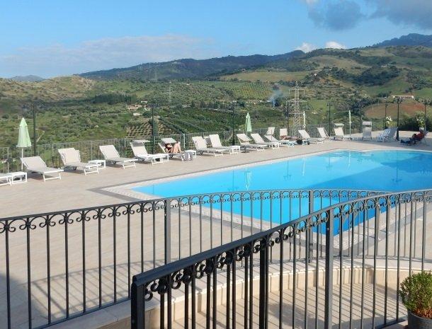agriturismo-le-campanelle-lascari-sicilie-zwembad-zonnen.jpg