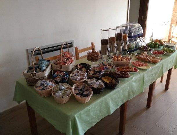 agriturismo-le-campanelle-lascari-sicilie-ontbijt.jpg