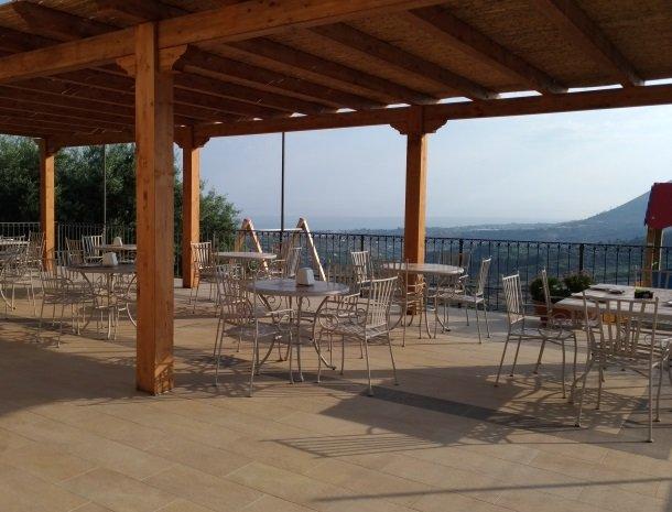 agriturismo-le-campanelle-lascari-sicilie-terras-zee-overzicht.jpg