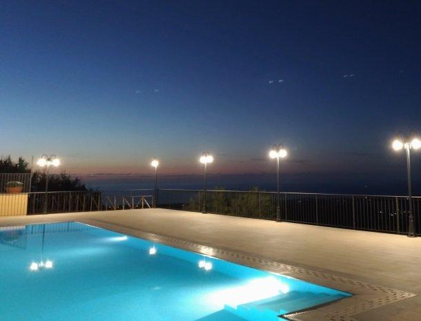 agriturismo-le-campanelle-lascari-avond-zwembad.jpg