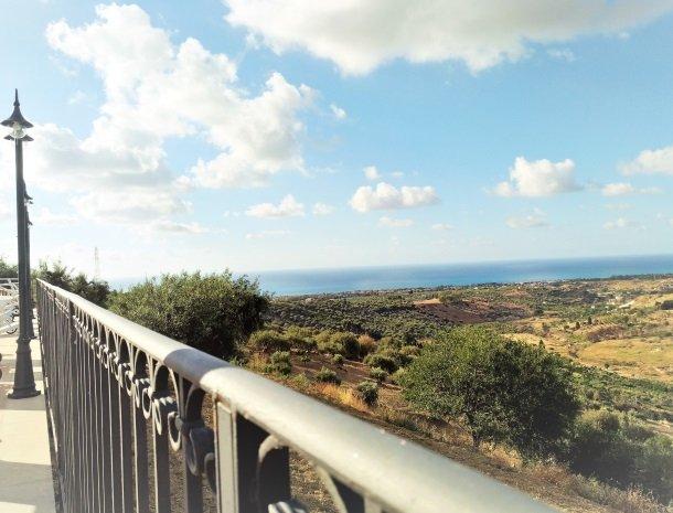 agriturismo-le-campanelle-lascari-sicilie-uitzicht-zee.jpg