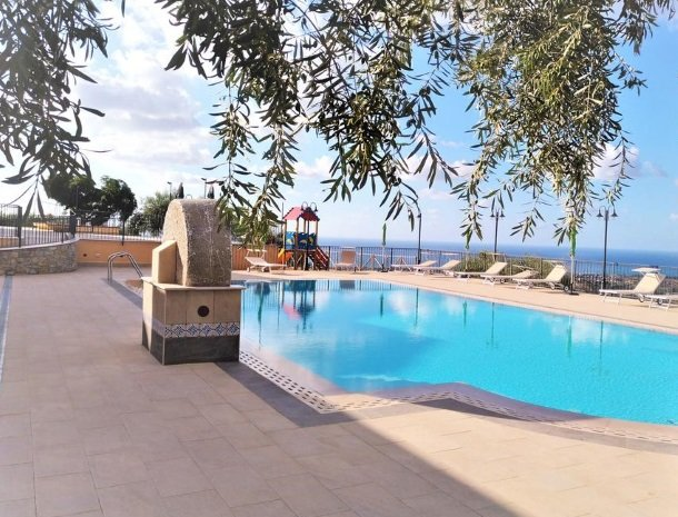 agriturismo-le-campanelle-lascari-sicilie-zwembad-olijfbomen.jpg