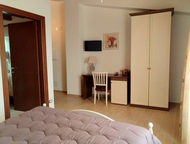 agriturismo-le-campanelle-lascari-sicilie-slaapkamer-kast.jpg