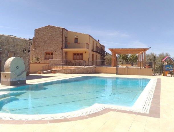 agriturismo-le-campanelle-lascari-sicilie-zwembad.jpg