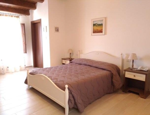agriturismo-le-campanelle-lascari-sicilie-slaapkamer-bed.jpg