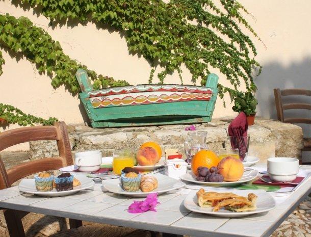 baglio-siciliamo-noto-sicilie-binnenplaats-ontbijt.jpg