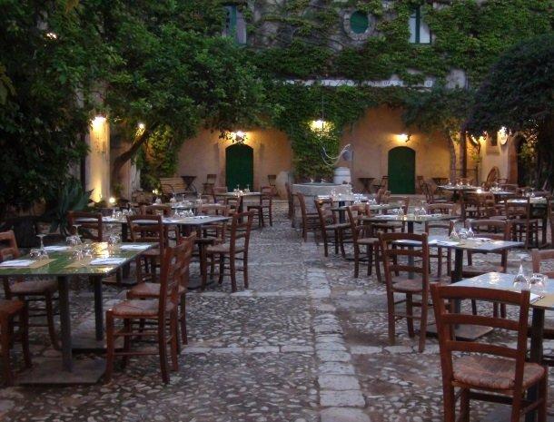 baglio-siciliamo-noto-sicilie-binnenplaats-diner.jpg