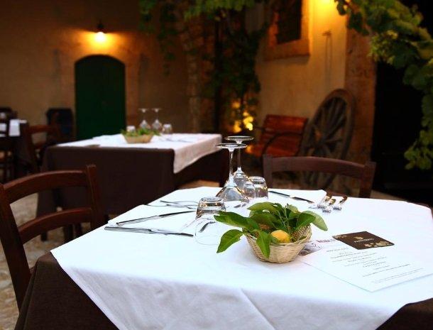 baglio-siciliamo-noto-sicilie-binnenplaats-tafel-menukaart.jpg