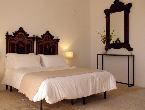 baglio-siciliamo-noto-sicilie-slaapkamer-bed.jpg