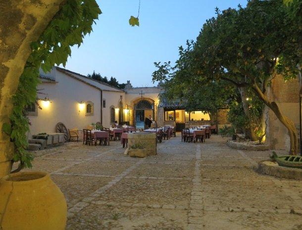 baglio-siciliamo-noto-sicilie-binnenplaats-diner-schemer.jpg