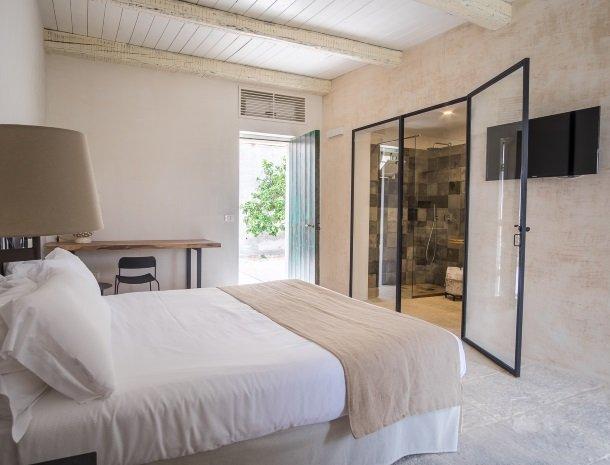 baglio-siciliamo-noto-sicilie-deluxe-bed-badkamer.jpg