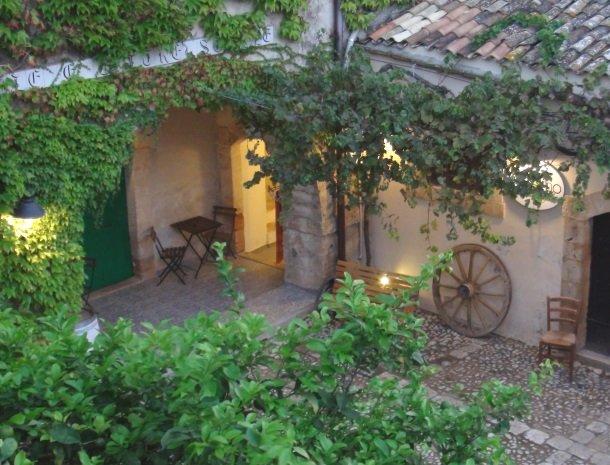 baglio-siciliamo-noto-sicilie-binnenplaats-avond-overzicht.jpg