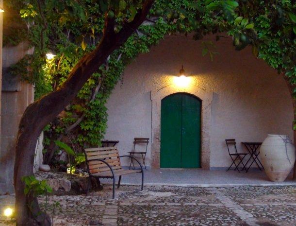 baglio-siciliamo-noto-sicilie-binnenplaats-avond-kamer.jpg
