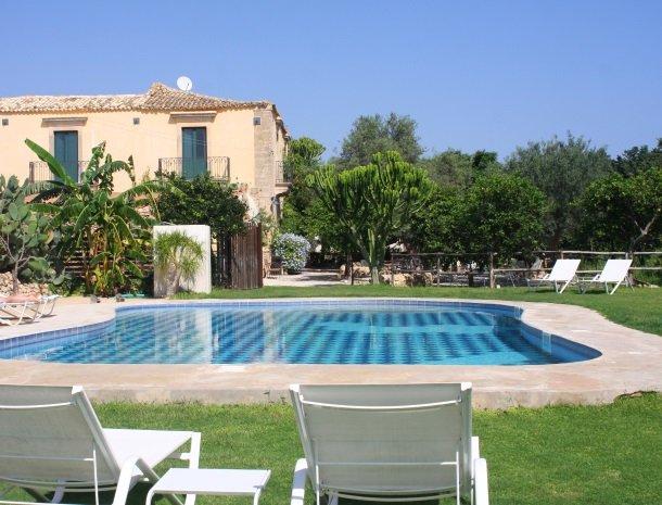 baglio-siciliamo-noto-sicilie-zwembad.jpg