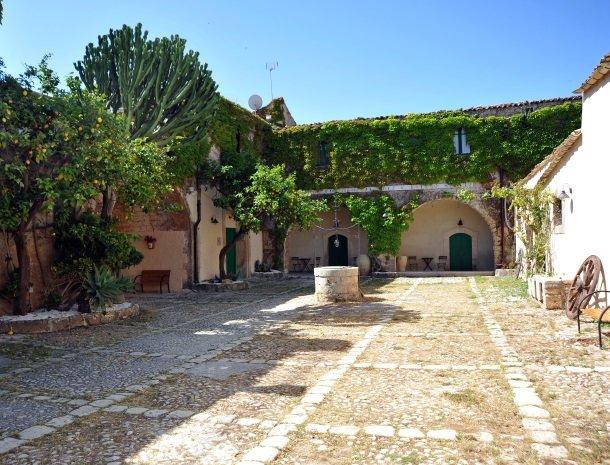baglio-siciliamo-noto-sicilie-binnenplaats.jpg