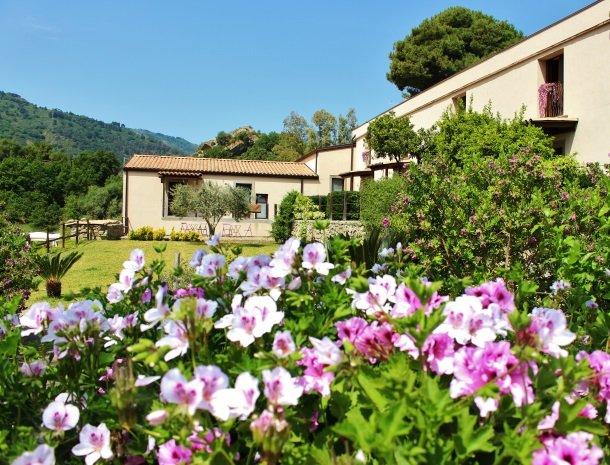 tenuta-edone-sicilie-agriturismo-tuin-bloemen-huis.jpg
