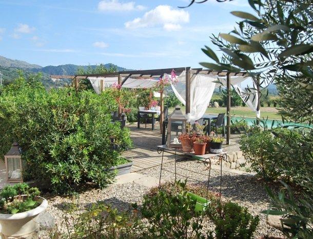 tenuta-edone-sicilie-agriturismo-terras-tuin.jpg