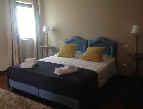 tenuta-edone-sicilie-agriturismo-slaapkamer-bed-modern.jpg