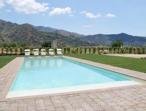 tenuta-edone-sicilie-agriturismo-zwembad.jpg