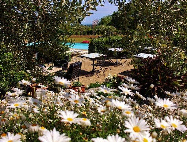 tenuta-edone-sicilie-agriturismo-tuin-bloemen.jpg