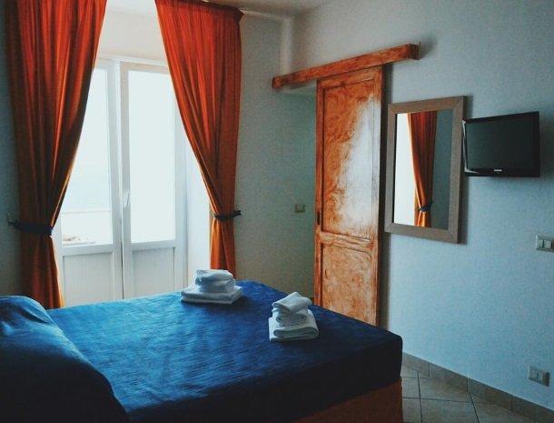 bed-and-breakfast-gafludi-cefalu-slaapkamer-tv-bed.jpg