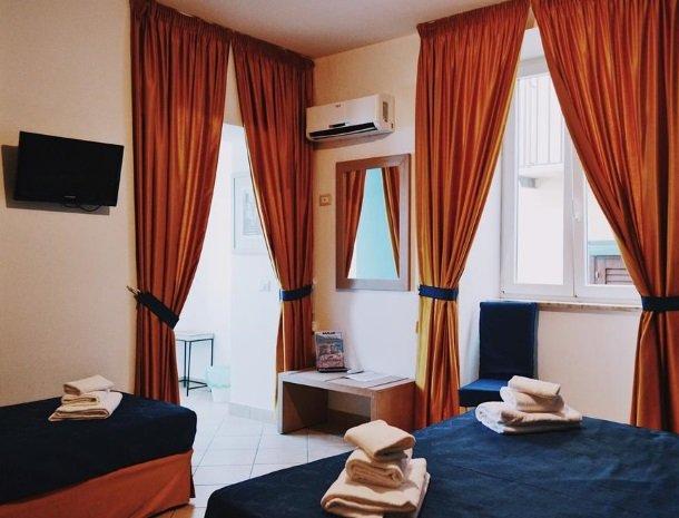 bed-and-breakfast-gafludi-cefalu-slaapkamer-ramen.jpg