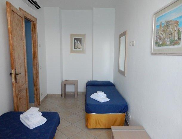 bed-and-breakfast-gafludi-cefalu-slaapkamer-losse-bedden.jpg