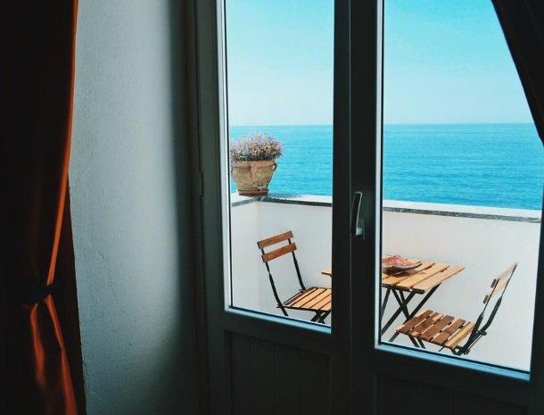 bed-and-breakfast-gafludi-cefalu-balkon-zee.jpg
