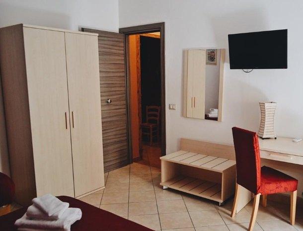 bed-and-breakfast-gafludi-cefalu-slaapkamer-kast-tv.jpg