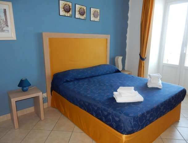 bed-and-breakfast-gafludi-cefalu-slaapkamer-raam-bed.jpg