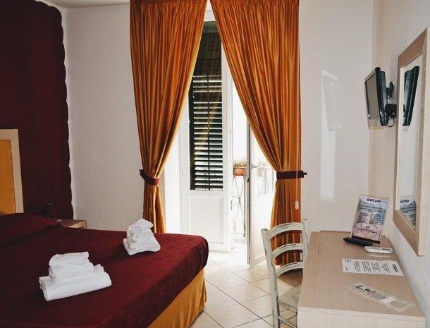 bed-and-breakfast-gafludi-cefalu-slaapkamer-bed-raam.jpg