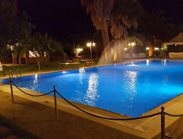 agriturismo-il-drago-piazza-armerina-zwembad-avond.jpg