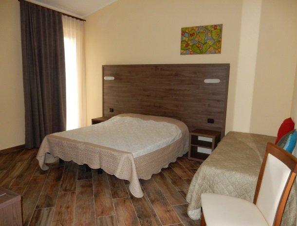 agriturismo-il-drago-piazza-armerina-slaapkamer-3-bedden.jpg