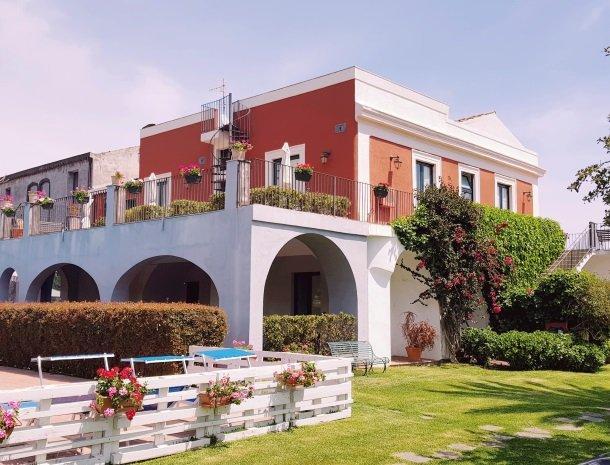 etna-hotel-giarre-sicilie-tuin-overzicht-kamers.jpg