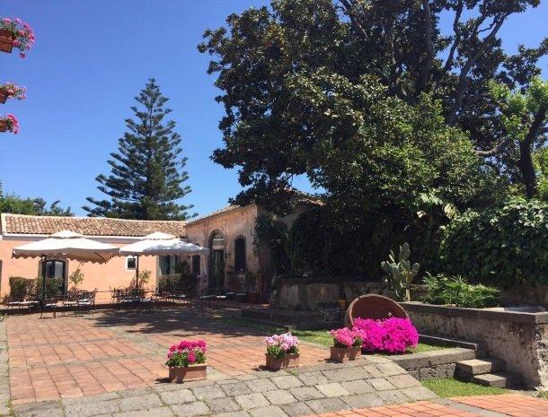 etna-hotel-giarre-sicilie-binnenplaats-bloemen.jpg