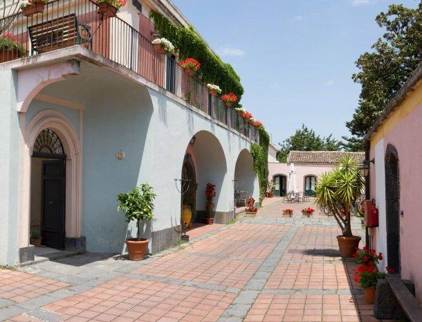 etna-hotel-giarre-sicilie-binnenplaats-kamers.jpg