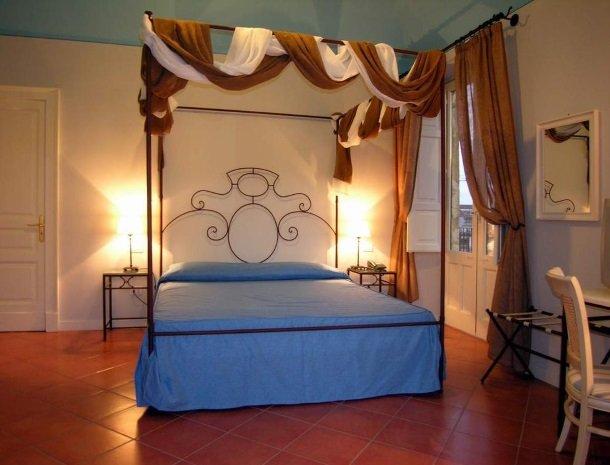 etna-hotel-giarre-sicilie-slaapkamer-bed.jpg